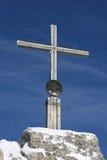 Kreuz auf dem Gipfel eines Berges Stockfotografie