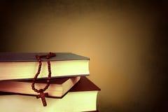 Kreuz auf den Büchern lizenzfreie stockfotografie