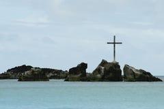 Kreuz auf den Felsen Stockfoto