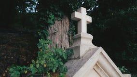 Kreuz auf der alten Krypta stock video