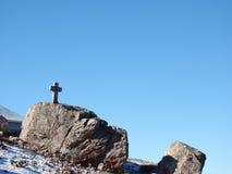 Kreuz auf einem Felsen lizenzfreie stockfotos