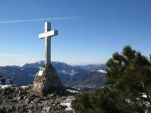 Kreuz auf einem Gebirgsgipfel Stockbild