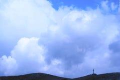 Kreuz auf einem Hügel Stockfotos