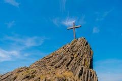 Kreuz auf einem Hügel Stockbilder