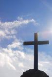 Kreuz auf einem Hintergrund des Himmels stockfotos