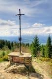 Kreuz auf einer Bergspitze Lizenzfreie Stockfotografie