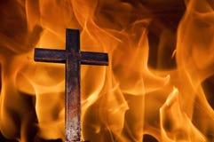 Kreuz auf Feuer Stockfotos