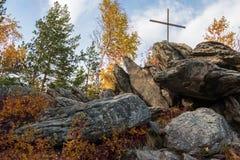 Kreuz auf Gebirgssteinen Stockbild