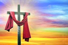 Kreuz auf Himmelhintergrund Stockfotos