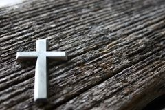 Kreuz auf Holz lizenzfreie stockfotos