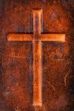 Kreuz auf Leder lizenzfreie stockbilder