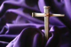 Kreuz auf Purpur Stockfotografie