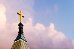 Kreuz auf Steeple im Himmel lizenzfreie stockbilder