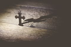Kreuz auf Tabelle Stockbild