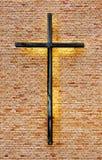 Kreuz auf Wand Stockfoto