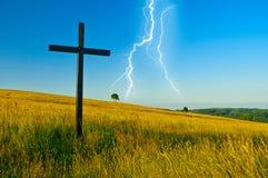 Kreuz auf Wiese stockfotografie