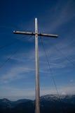 Kreuz an der Bergspitze Stockfotos