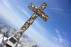 Kreuz an der Gebirgsspitze Lizenzfreies Stockfoto