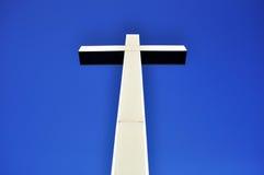 Kreuz in der Perspektive auf blauem Himmel Lizenzfreies Stockfoto