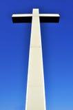 Kreuz in der Perspektive auf blauem Himmel Lizenzfreies Stockbild