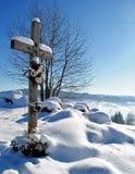 Kreuz in der Winterlandschaft lizenzfreie stockfotos