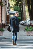 Kreuz des jungen Mannes die Straße Lizenzfreie Stockfotos