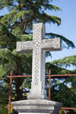 Kreuz in einem alten Kirchhof Lizenzfreies Stockfoto