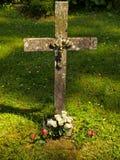 Kreuz in einem Grab Lizenzfreies Stockbild