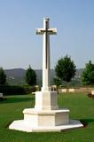Kreuz in einem Militärkirchhof Lizenzfreie Stockfotos