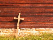 Kreuz an einer alten hölzernen Kirche Stockbilder