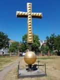 Kreuz einer Goldfarbe in der Stadt von Berlin stockbild