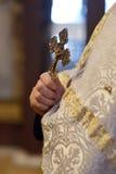 Kreuz in einer Hand eines Priesters Stockfoto
