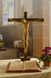 Kreuz in einer Kirche Stockbild