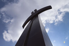 Kreuz gegen den Himmel Stockfoto