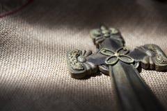 Kreuz gesetzt auf Sackleinen Lizenzfreie Stockbilder