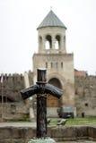 Kreuz am Heiligen Nino& x27; s-Grab in Mtskheta, Georgia Stockfotos