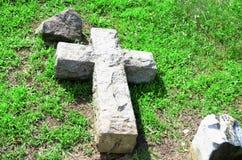 Kreuz im Gras Stockfotografie