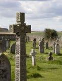 Kreuz im Kirche-Friedhof. Stockbild