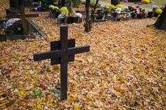 Kreuz im Kirchhof Stockbild