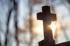 Kreuz im Rücklicht Stockfoto
