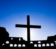 Kreuz am Kolosseum Lizenzfreie Stockfotos