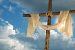 Kreuz, Leinentuch und Himmel Stockfotografie