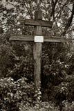 Kreuz mit einem leeren Typenschild Stockfotos