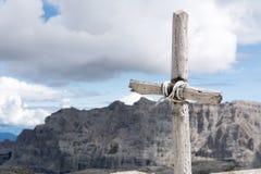 Kreuz mit Himmel und Bergen im Hintergrund Stockfotografie