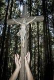 Kreuz mit Jesus mit den Händen Lizenzfreie Stockfotografie