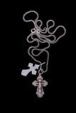 Kreuz mit Kette Stockfoto