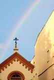 Kreuz mit Regenbogen Stockfoto