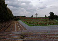 Kreuz mitten in Blumen Lizenzfreies Stockbild