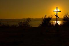 Kreuz nahe dem Wasser Stockbilder