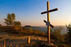 Kreuz nahe dem Wasser Stockfoto
